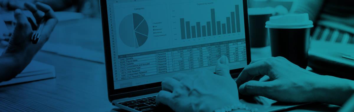 blå-grønn forgrunn over en bruker som sitter på en laptop
