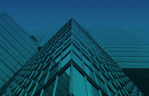 Blå-grønt bilde av et bygg sett underifra