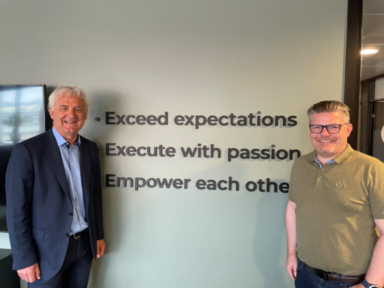 Arne Larsen Økland (venstre) med Stig Roar Sandvik, Profitbase AS daglig leder (høyre).